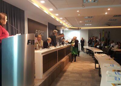 Miriam agradece a mesa pelo prêmio recebido. Foto: Carolina Schaffer.
