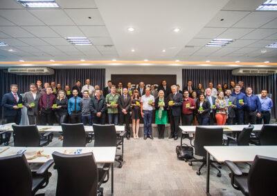Ao final do evento, todos os premiados posaram em grupo com os troféus Onda Verde conquistados no 24º Prêmio Expressão de Ecologia. Foto: Marcos Campos.