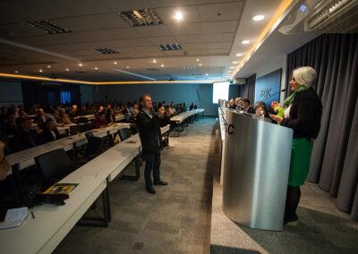 Wigold Schaffer retrata Miriam Prochnow durante sua fala de agradecimento. Foto: Marcos Campos.
