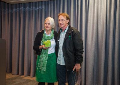 Após premiação de Personalidade Ambiental, Miriam posou ao lado de Wigold, marido e companheiro de trajetória ambientalista na Apremavi, de Atalanta (SC). Foto: Marcos Campos.