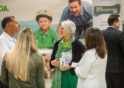 Participantes do Fórum trocam ideias e parabenizam a Personalidade Ambiental Miriam Prochnow. Foto: Marcos Campos.