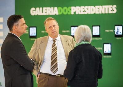 Ricardo Castelli, do ICMBio; Adão Laslowski, da SEMA do Paraná, e Míriam Prochnow, da ONG Apremavi, trocam informações antes do evento. Foto: Marcos Campos.