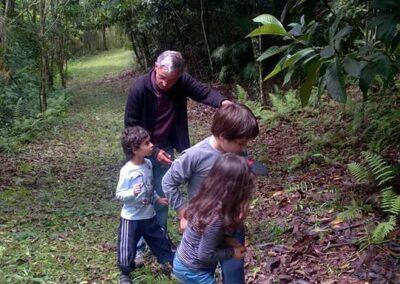 Urbano levou seus netos para a Trilha da Restauração. Foto: Maria Luiza S. Francisco.