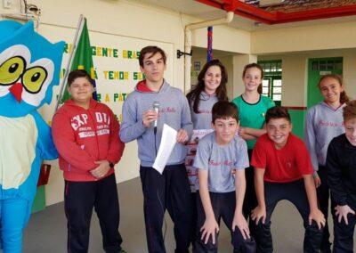 Integrantes do Grupo Plantando o Futuro já aderiram a campanha e fizeram a alegria da Muru, mascote da Apremavi. Foto: Taís Fontavine.