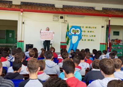 Miriam mostra o cartaz durante o lançamento. Foto: Taís Fontavine.