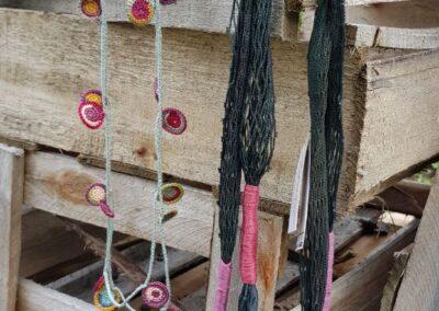 Acessórios sustentáveis da artesã Nara Guichon. Foto: Miriam Prochnow.